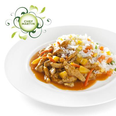 Chef Martin Babi pangang met witte rijst en groenten